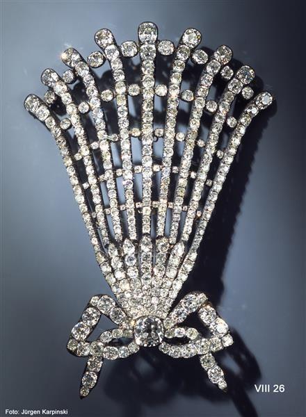 Hutschmuck (Diamond hat garniture), Dresden, 1782-1807, jeweler: August Gotthelf Globig (before 1769-after 1819), Green Vault, 359 different sized diamonds, silver, gold, 14.8 x 9.4 cm.