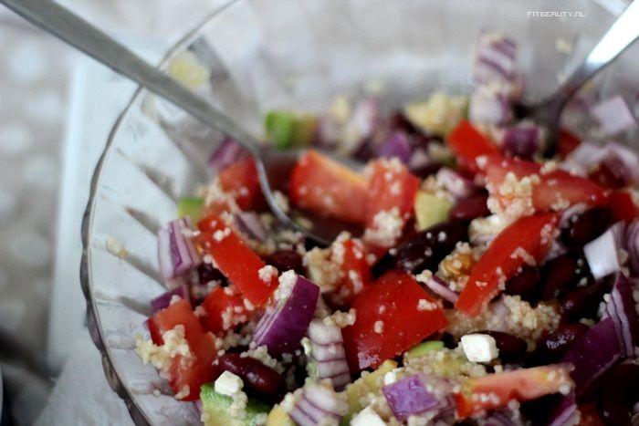 Couscous salade met rode ui, kidney bonen, tomaat, avocado en feta kaas.