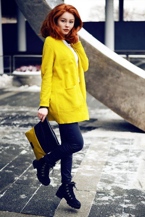 KILL BILL – amarillo cuero bolso de embrague, hecho de cuero reciclado (más parecida a la mostaza). Asegúrese de obtener cargas de atención y convertirse en una diva exclusiva de calle.  Se hace del cuero reciclado genuino más fino, suave y flexible en mostaza en el frente y negro en el otro lado. ¡Verdaderamente lujoso! Accesorios con cierre magnético y tela de guarnición y lo suficientemente grande para tus artículos debe llevar como notebook, iPAD, teléfono, cartera, gafas, bufanda…
