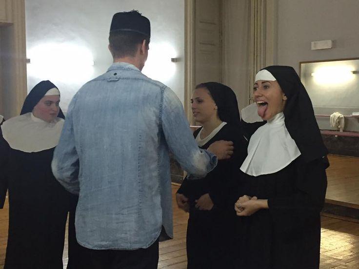 #MusicalWeekend a Catania. Per la prova costumi massima serietà!  #cidivertiamo #scuoladimusical #sisteract #sorelle