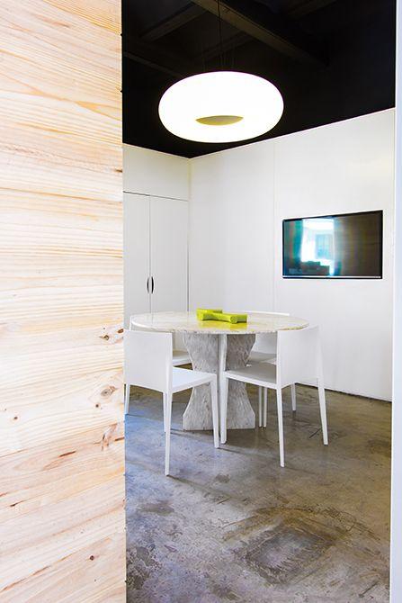 Chiralt Arquitectos I Despacho en oficina moderna con mobiliario minimalista. Suelo de hormigón visto.