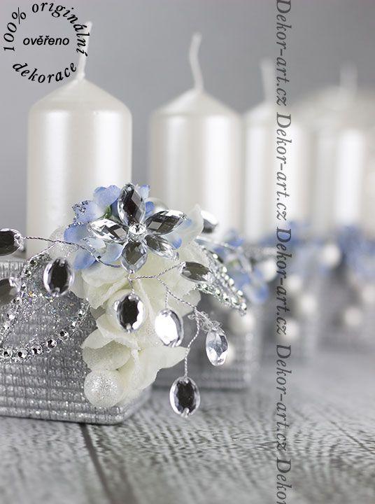 Designový vánoční svícen ve stříbrné barvě.