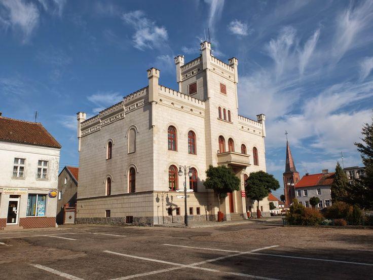 Ratusz w Pasymiu – neogotycki budynek z niewielką wieżą w stylu renesansowym. Wybudowany w latach 1854-1855 w miejscu dawnego średniowiecznego ratusza. Zaprojektowany przez Karla Junlera.