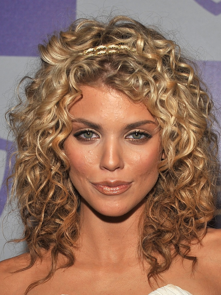 Like the darker color underneath..I wonder if my hair can do this, curls too..and if it can would I like it for me?