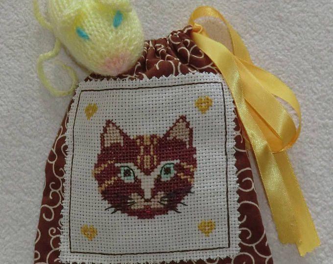 Sac pochon En tissu coton Brodé à la main Chat marron et coeurs jaune Petite souris jaune en laine 100% Fait main