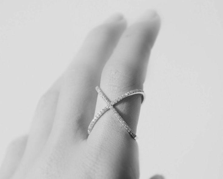 Los anillos de cóctel tienden a ser de gran tamaño con diamantes, brillantes o piedras preciosas de colores. Algunos creen que los anillos del cóctel deben poseer una piedra preciosa grande o semi-…