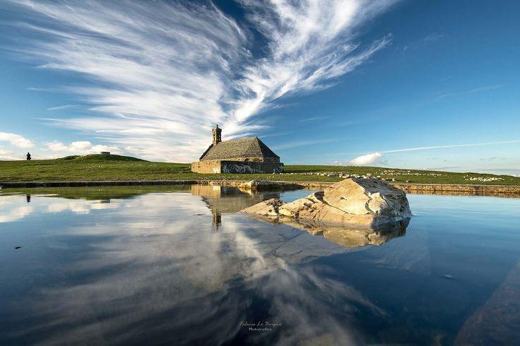 argoat   Menez Sant-Mikael   La chapelle saint Michel de Brasparts , lieu incontournable de Bretagne, se situe en centre Bretagne et plus précisément les monts d'Arrée. Cette montagne, au sein d'une chaine comprenant plusieurs sommets, culmine à plus de 380m. Elle sépare le pays du Léon de celui de la Cornouaille. Et en son sommet trône cette mythique chapelle datant de 1679. Les légendes sont encore très présentes. Celle de l'Ankou, des korrigans et les portes de l'enfer