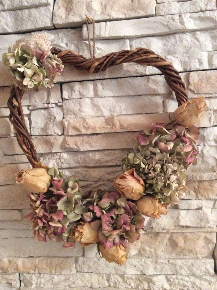 Ghirlanda di rose e ortensie essiccate