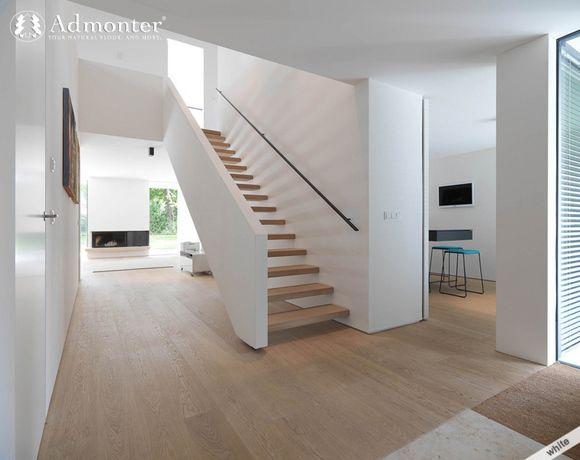 Zwarte leuning icm houten (open) trap en wit meegaand muurtje omhoog is mooi!