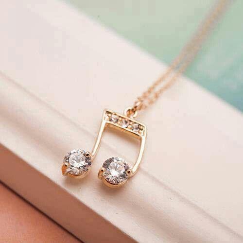 Un dije que no viene con el collar, puede ser e oro o de chapa de oro o de plata, con cristales o diamantes, de cualquier manera como es pequeño es muy elegante.