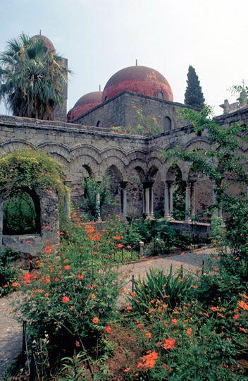 sizilien : http://www.theodora.com/wfb/photos/italy/cloister_st_john_of_hermits_palermo_sicily_italy_photo.jpg