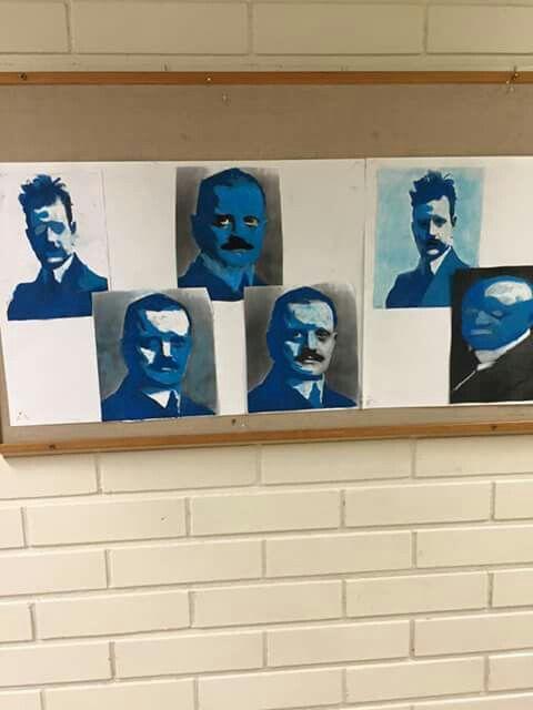 Sibelius. Kuva netistä ja valkoista ja sinisen sävyjä päälle. Vaaleat kohdat vaalealla, tummat tummalla. Kuva otettu FB-sivuilta/ Aarreaitta