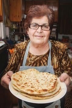 Η κυρία Βέτα φτιάχνει γνήσιες νεράτες μυζηθρόπιτες –GREKA