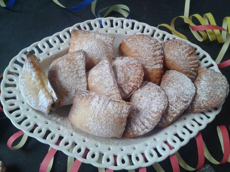 Ricetta di Carnevale: Ravioli dolci fritti e al forno con ricotta e gocce di cioccolato http://www.puntoricette.it/Ricetta/ricetta-di-carnevale-ravioli-dolci-fritti-al-forno-con-ricotta-gocce-di-cioccolato/ #carnevale #dolci #dolcidicarnevale #ricettedicarnevale #ravioli #ricette