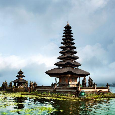 De beeldschone tempel Ulun Danu Bratan ligt op een schiereilandje aan de oever van het heilige kratermeer Bratan. Dit meer speelt een belangrijke rol bij de irrigatie van de omgeving en de zuidelijke gebieden van het eiland; vandaar dat het tempelcomplex is gewijd aan Dewi Danu, de godin van het water.