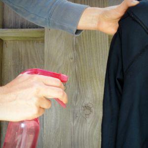 Roupas e tecidos sempre cheirosos 1 litro de água ½ copo de vinagre de álcool 1 colher de sopa de bicarbonato de sódio ¼ de copo de álcool 1 colher de sopa de amaciante