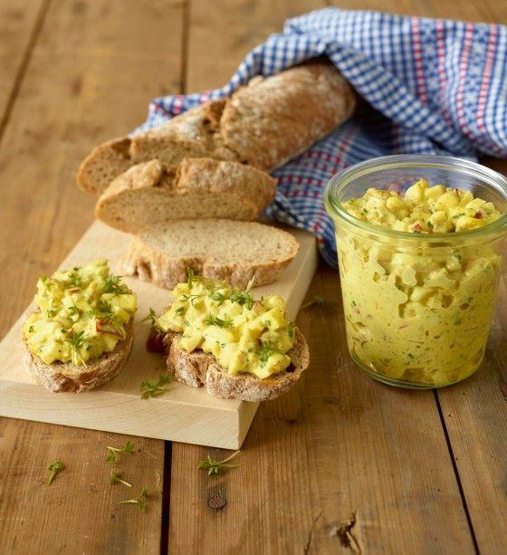 Hähnchen-Brotaufstrich: Köstlich zu kräftigem Brot - mit Ei, Hähnchenfleisch, Apfel, Radieschen und Curry