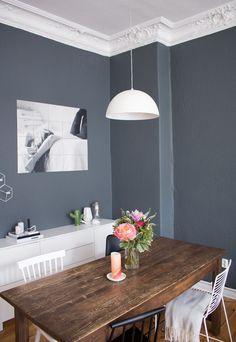 Esszimmer, Inspiration, Unser Esszimmer, Vintage Tisch, Hay Stühle, Essbereich, Interior, Interior Design, Home Decor, Wohnblogger, Altbau, Stuck, Dining Room, Dark Wall Color,