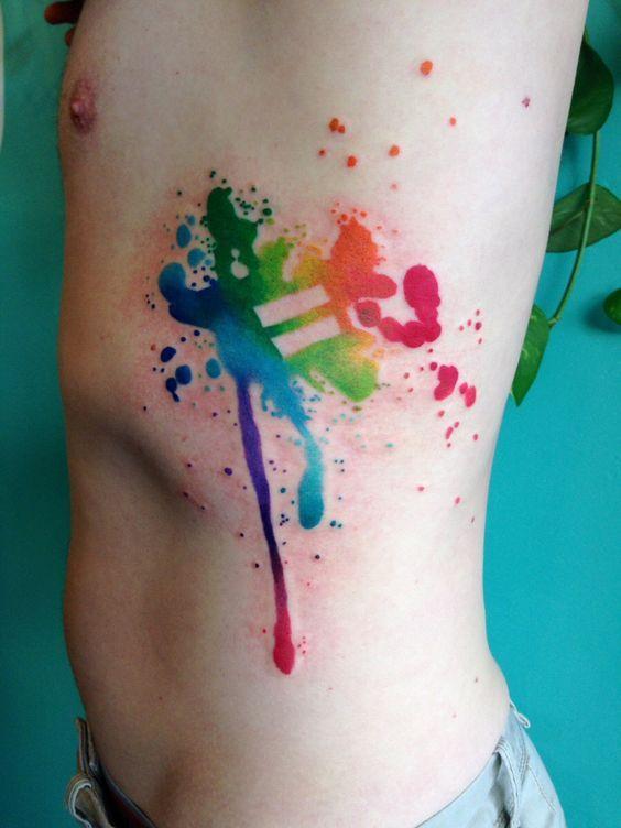 Tatuagem colorida de orgulho gay LGBT em homenagem ao casamento gay no Brasil feita na costela