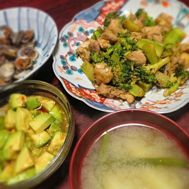 アボカドやっと料理できた♪ メインより食べてしまった…笑  副菜はこちらのレシピを参考に。 http://cookpad.com/recipe/1919499 - 6件のもぐもぐ - 鶏肉とブロッコリーのオイスターソース炒め&アボカドの薬味ポン酢漬け&じゃが芋といんげんの味噌汁 by palico