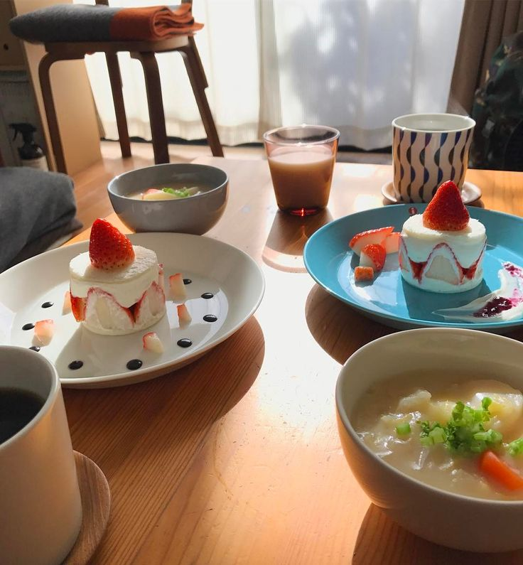 本日のたなcafe☺︎ . . 食パンでケーキ風いちごサンド🍓と蕪のシチュー😗 . . いちごサンドのクリームは水切りヨーグルトでちょっこしヘルシーに、水切りヨーグルトからとれたホエイを使って、シチューとラッシーにしてみました😚✨ 高タンパク低カロリー🙌✨わっしょーい💕 たなけん様も美味しいと言ってくれていたので、また作ろうっと😋✨ . . . #iittala#イッタラ#teema#ティーマ#kartio #arabia#scope_japan #breakfast #朝ごはん#おうちごはん#おうちカフェ#kurashiru#igersjp #暮らし#クッキングラム#いちごサンド