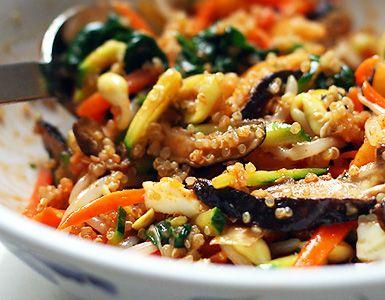 1 taza de quinoa 1 taza de verduras (al gusto) 2 cucharaditas de salsa de soja 1 cucharada de aceite de oliva virgen (o el que suelas usar) Sal y pimienta para aliño