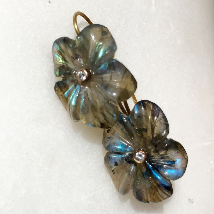 Earrings 18 ct gold, handcarved flowers in labradorite and diamonds Lautropjewellery