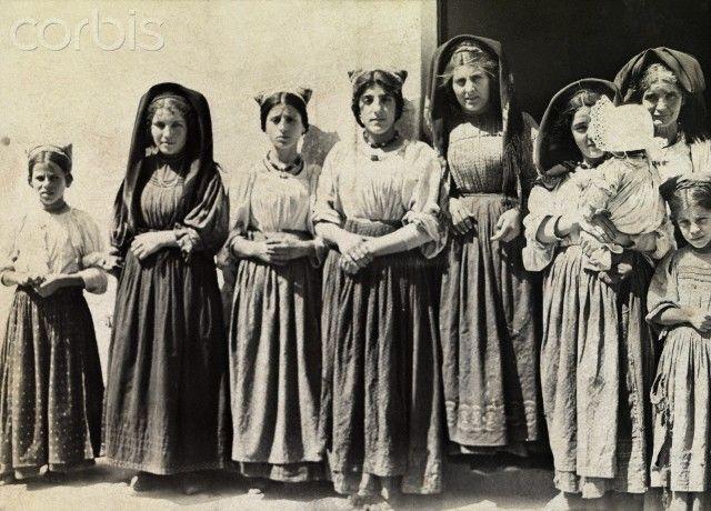 Young girls and women of Dorgali wear multicolored silk headdresses - Sardegna 1916 #TuscanyAgriturismoGiratola