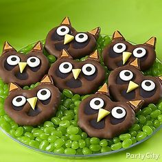 Whooo wants a bite? Give the kiddies a hoot with these owl pretzel bites!  Click to fly over to our step-by-step how-to!
