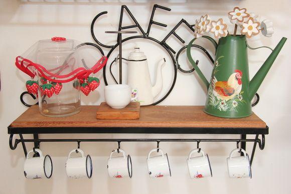 Suporte porta café Madeira e ferro tinta, Não acompanha acessórios: Xicaras e utensílios a cima. R$ 170,00
