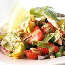 Jordgubbs- och kycklingsallad med basilikadressing - Recept - Tasteline.com