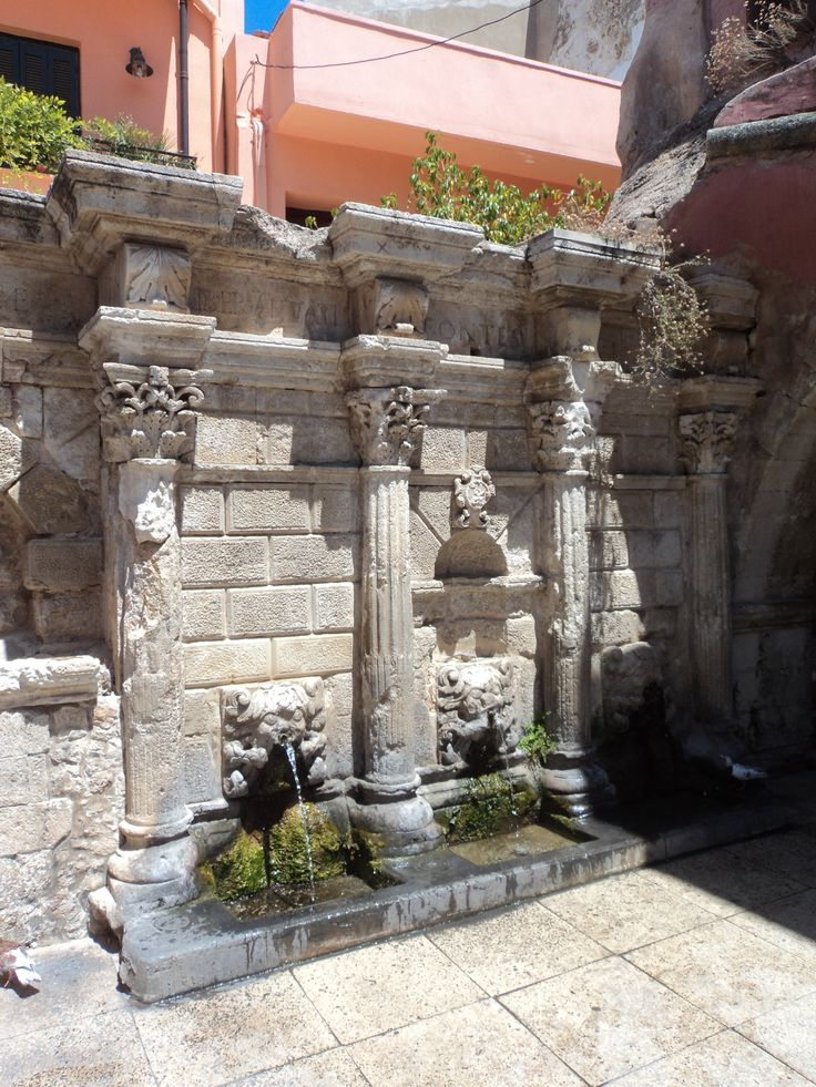 Creta  - Fontana veneziana Rimondi.. Il protagonista vede la fontana durante una passeggiata