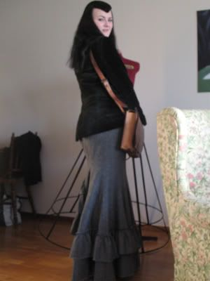 Nice fishtail skirt tutorial. All credits go to Cathrin of katafalk.wordpress.com