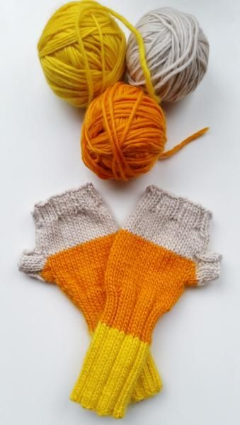 Fingerless mitts in Plump dk