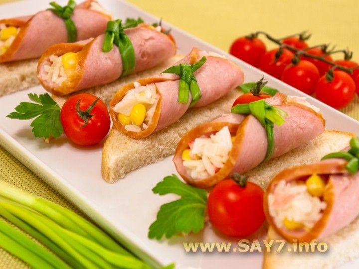 Sandvisuri cu role de șuncă și salată