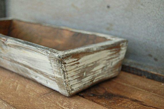Ce plateau rustique est fabriqué main dans notre atelier. Nous avons de détresse à l'aide des outils de boîte à outils de grand-père. Couches de finitions sont appliquées y compris une main frotté à la cire. Fini à l'intérieur. Plateau dans les photos présentées est peint en blanc ancien un peu et fortement affligé pour montrer en bois foncé.  Dimensions approximatives : 14 « l x 7 « w x 2 3/4 » h Taille peut varier légèrement car chacun est fabriqué à la main.    Ces jardinières sont finis…