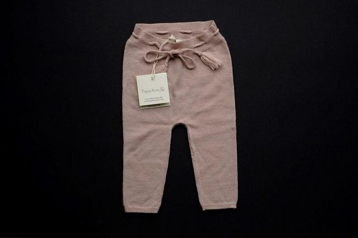 Bukser, strik bukser , Poppy Rose, str. 62, søde lys rosa/nude strik bukser i den blødeste merino uld fra Poppy Rose. str. 3-6 mdr.  Der følger et par bløde leggings i modal med. samme str. farve: rosa . Se billede 2   begge par er aldrig brugt. Nypris 350 + 169 kr.  Sender gerne, køber betaler porto