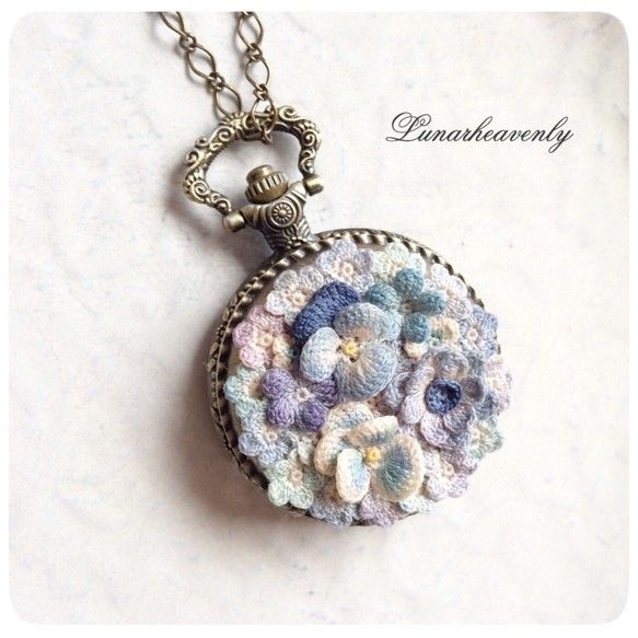 お花で飾った懐中時計です。クラシカルなデザインに、アンティーク調のブルーのお花がとても良く合います。ネックレスとバッグチャームのチェーンが付属します。<サイズ>直径約4.5cmお花のパターンはすべてオリジナルで、80・100番レース糸を用いてひとつひとつ丁寧に編んでいます。花のパーツはひとつひとつ手編みし、手染めを施しております。水に濡れると色落ちや色移りの恐れがあります。故意に引っ張ることは型崩れや破損の原因となりますので避けてください。引っ掛けや擦れにもご注意ください。材質上、汚れが付くと落ちにくくなっております。ご使用の際はなるべくモチーフ部分に触れないように付けていただきますと、長く美しいままで保つことができます。型崩れ防止、色落ち防止加工を施しております。なるべく実物に近づけるように撮影しておりますが、光の加減や端末の環境により、実物と異なる場合がございます。ご了承くださいますようお願いいたします。