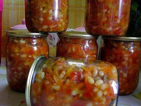 Греческая закуска готовится из следующих ингредиентов: фасоль — 1 кг репчатый лук — 0,5 кг морковь — 0,5 кг болгарский перец — 0,5 кг помидоры — 2 кг сахар — 0,5 ст. соль — 1,5 ст. л. рафинированное растительное масло — 250 мл жгучий перец (по желанию и по вкусу) — 1-2 стручка чеснок — 3 крупные головки, уксусная эссенция (70%) — 1 ч. л. Греческая закуска готовится таким образом: 1. Фасоль промойте и отварите до готовности, однако она не должна быть разварена. 2. Лук нарежьте полукольцами…