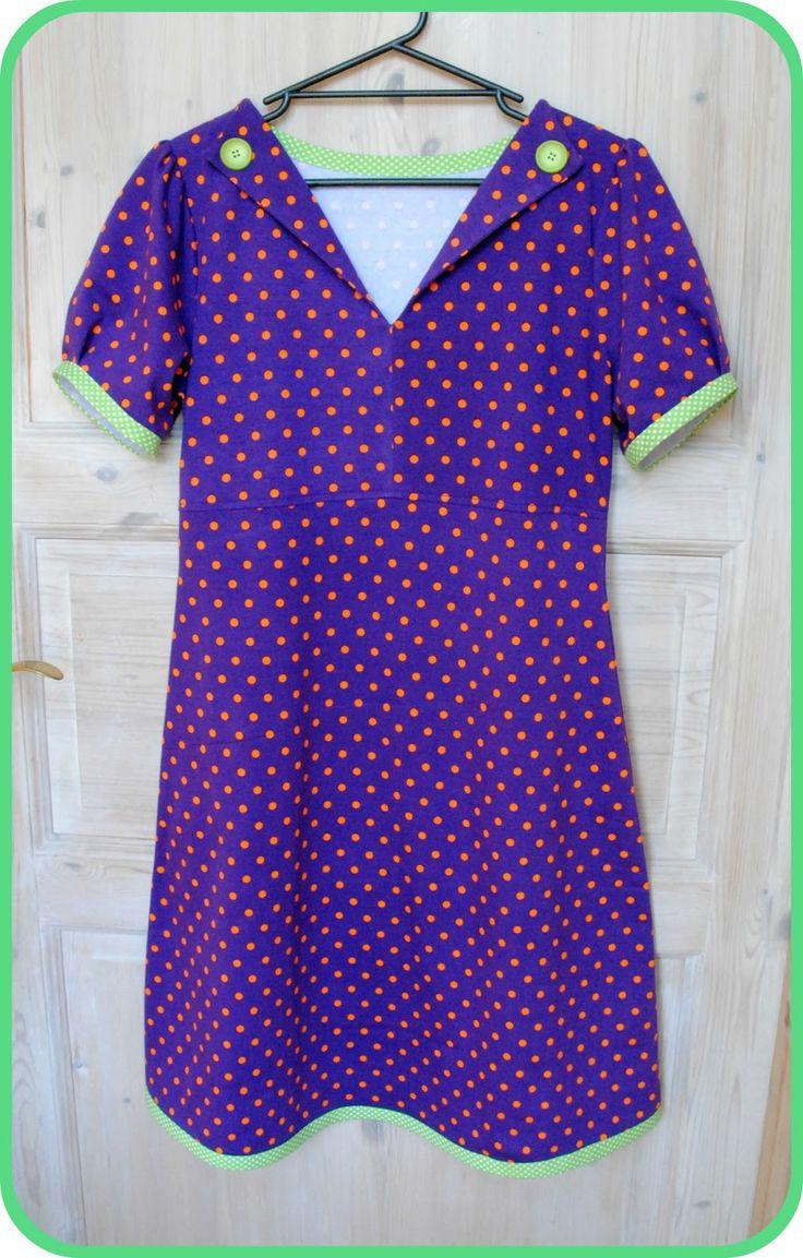 Så blev det til en kjole mere til mig. Denne gang i lilla med orange prikker og grønne kanter og knapper. Jeg har lavet denne med kort puf-æ...