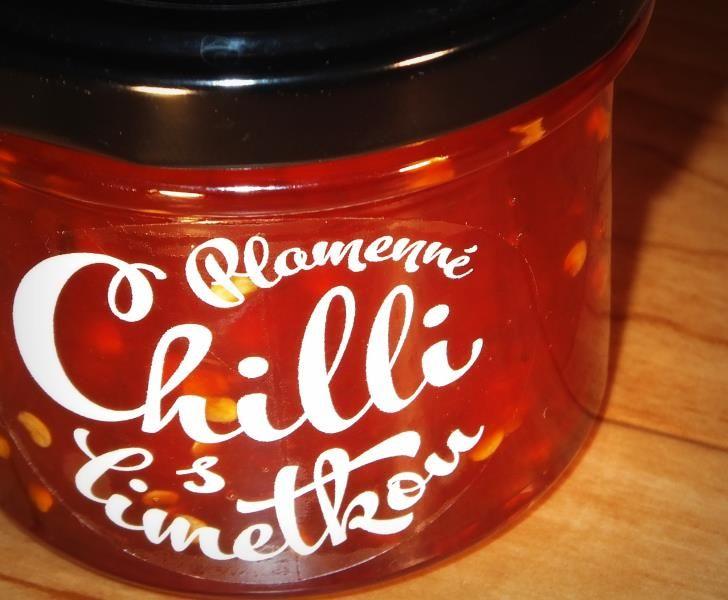 """Produkt Lenky Požárové - držitelky """"kuchařkového oscara"""". Jedinečná marmeláda s unikátním poměrem 90 g zeleniny na 100 g výrobku. Červená paprika, chilli papričky a třtinový cukr jsou míchany v měděném kotlíku . Doplněno o kůru a vymačkanou šťávu z citronů a limet v biokvalitě. Ve skleničce nenajdete pektin, zato však nadšení vrchovatě. Nejlépe v kombinaci se sýry, na steaky, do marinád, ke grilované zelenině, k okořenění omáček."""