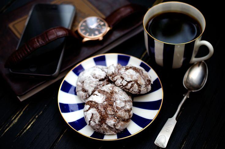 Впереди 23 февраля и у меня есть для вас отличный рецепт вкуснейшего шоколадного печенья! Не смотря на стереотип, что самые большие любители шоколада - это дамы, в моей жизни настоя