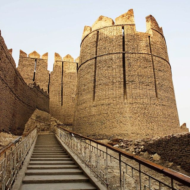 Hundreds of years ago, at the edge of a #desert in #Sindh, the Talpurs constructed a pompous #fort atop a #hill. This emblematic fort, dominating the town of Kot Diji in #Khairpur district and known as Kot Diji Fort, was built between 1785 to 1795.  #History suggests that this fort was built on a strategic location since it provided an edge over enemies marching from the east.  Photo: @shameenkbrohi / Dawn  #pakistan #historical #ancient #kotdiji #photography #dawndotcom