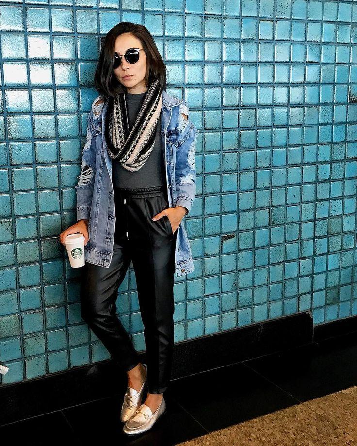 Street look de Lalá Noleto com look super tomboy, bem casual e  confortável, com jaqueta destroyed jeans, calça preta parecendo couro e gola de tricô
