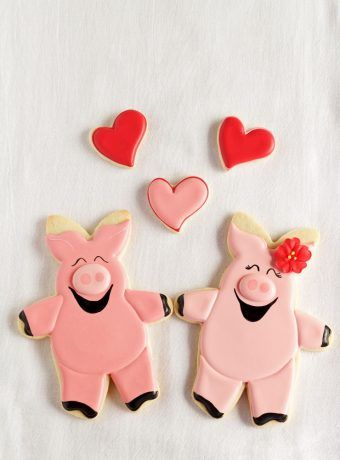 Easy Hogs and Kisses Cookies - Cut Out Sugar Cookies Decorated with Royal Icing   The Bearfoot Baker    #bearfootbaker #edibleart #rolloutcookies #cutecookies #animalcookies #royalicing #delicioustreats #cutetreats #cookiesforalloccassions