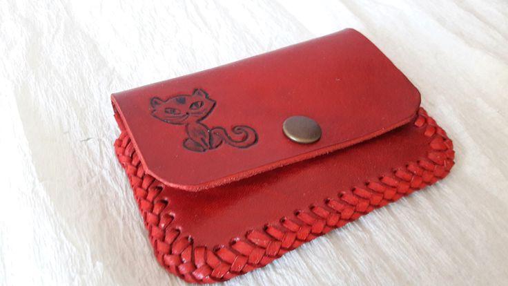 Jedna+malá...kočičí...+Tuto+malou+peněženku+jsem+vyrobila+pro+milovníky+koček+z+červené+hovězí+kůže+2,2+mm.+Na+klopě+je+ručně+vyražená+kočka,+pod+klopou+je+schovaná+kočka+druhá+-+maličká.+Peněženka+se+zapíná+na+druk,+obšitá+je+červeným+vepřovicovým+páskem.+Celá+peněženka+je+ošetřeba+přípravkem+na+konečnou+úpravu+usní.+Rozměry+v+zapnutém+stavu+jsou+11...