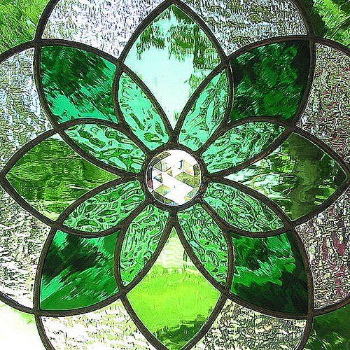 .Glasses Flower, Stainedglass, Flower Design, Stained Glasses Windows, Front Doors, Lead Glasses, Green Flower, Shades Of Green, Green Stained