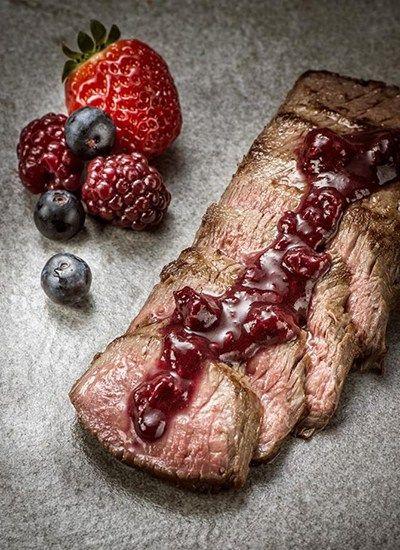 Receita deliciosa de Lombo de cordeiro ao molho de frutas vermelhas apresentada pelo Gerson Almeida do Clube da Carne.