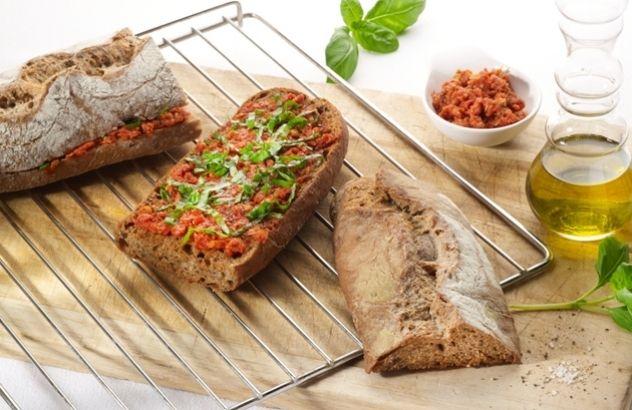 Eigengemaakt kruidenbrood met rode pesto.