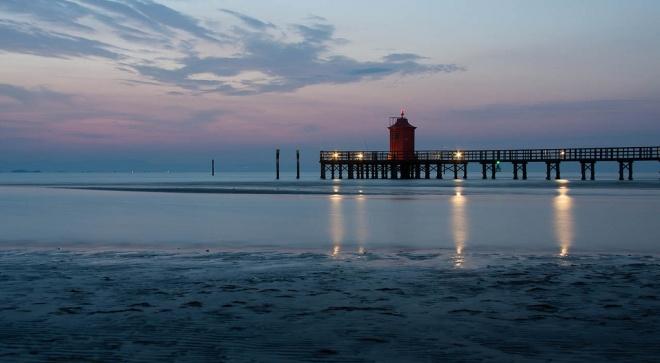 L'alba sul mare, mentre il faro vigila